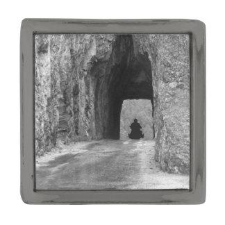 Túnel de la carretera de las agujas insignia metalizada