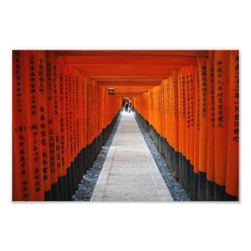 Túnel de las puertas rojas de la capilla en Fushim Fotografías