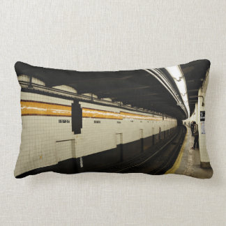 Túnel del subterráneo con la pared de la teja almohadas