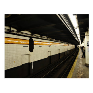 Túnel del subterráneo con la pared de la teja postal