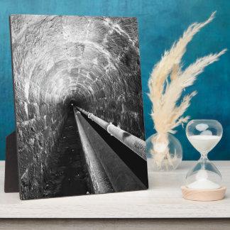 Túnel en blanco y negro placas con foto