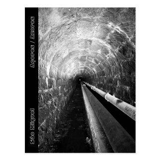 Túnel en blanco y negro postal