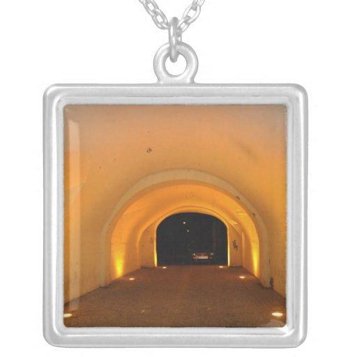 Túnel en la noche colgante cuadrado