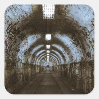 Túnel subterráneo de la oscuridad pegatina cuadrada