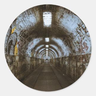 Túnel subterráneo de la oscuridad pegatina redonda