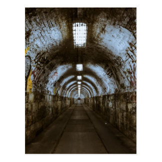 Túnel subterráneo de la oscuridad tarjetas postales
