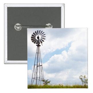 Turbina de viento en campo pin cuadrado
