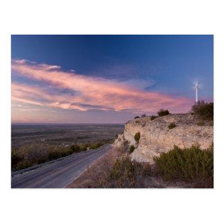 Turbina de viento en Tejas del oeste en la puesta  Postal