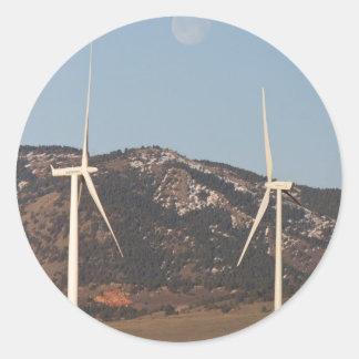 Turbinas de viento con un retrato de la Luna Llena Pegatinas Redondas