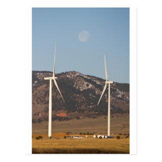 Turbinas de viento con un retrato de la Luna Llena Postales