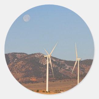 Turbinas de viento con una Luna Llena y cielos Etiquetas Redondas