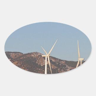 Turbinas de viento con una Luna Llena y cielos