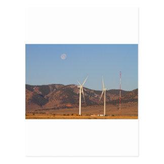 Turbinas de viento con una Luna Llena y cielos Tarjetas Postales
