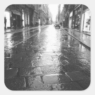 Turín Italia, tarde mojada de la calle Pegatina Cuadrada