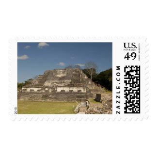 Turista que camina para arriba ruina timbres postales