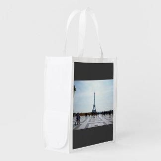 Turistas con la vista de la torre Eiffel Bolsas De La Compra