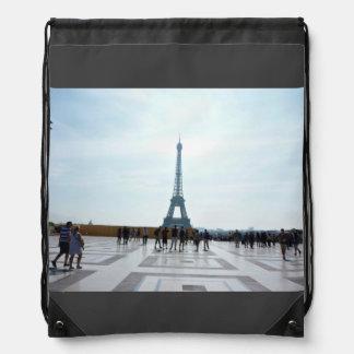 Turistas con la vista de la torre Eiffel Mochila