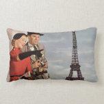 Turistas del vintage que viajan en la torre Eiffel Cojín