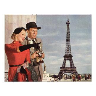 Turistas del vintage que viajan en la torre Eiffel Comunicado