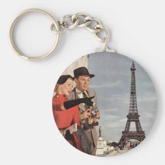Turistas del vintage que viajan en la torre Eiffel Llavero Redondo Tipo Pin