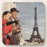 Turistas del vintage que viajan en la torre Eiffel Posavasos