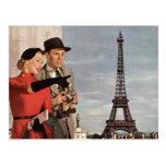 Turistas del vintage que viajan en la torre Eiffel Postal