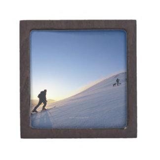 Turistas en la montaña cajas de regalo de calidad