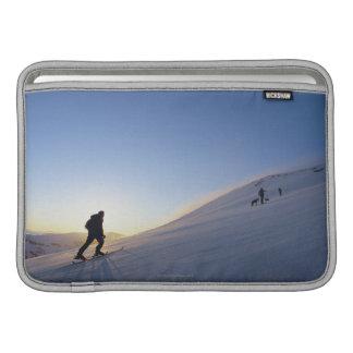 Turistas en la montaña fundas macbook air
