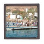 Turistas que esperan para subir en un barco caja de recuerdo de calidad