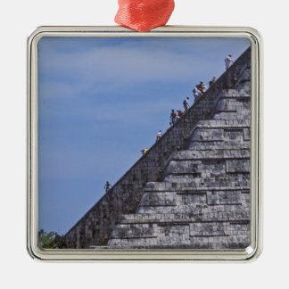 Turistas que suben las escaleras en ruinas del EL Ornamento Para Reyes Magos