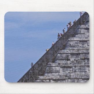 Turistas que suben las escaleras en ruinas del EL Alfombrillas De Raton