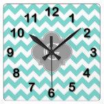 Turq/monograma gris blanco de Chevron Quatrefoil d Reloj De Pared