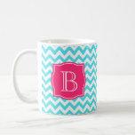 Turquesa del zigzag y monograma de encargo rosado taza