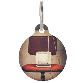 TV retra guardada en una silla Identificador Para Mascota