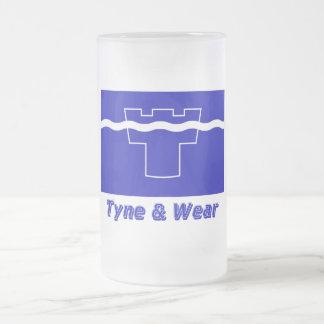 Tyne y bandera del desgaste con nombre tazas