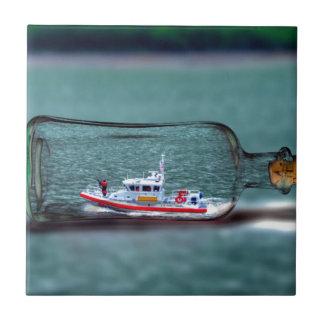 U.S. Nave del guardacostas en una botella Azulejo Cuadrado Pequeño