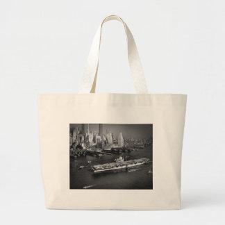 U.S.S. El avispón navega abajo de East River New Y Bolsa