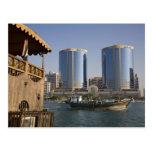 UAE, Dubai, Dubai Creek. El Dhow cruza canal Postal