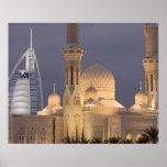 UAE, Dubai. Mezquita por la tarde con el árabe del Impresiones
