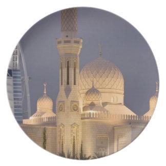 UAE, Dubai. Mezquita por la tarde con el árabe del Platos