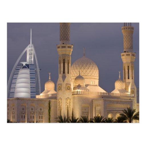 UAE, Dubai. Mezquita por la tarde con el árabe del Postal