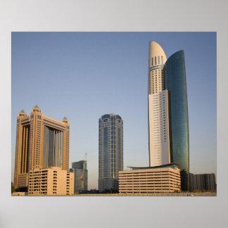 UAE, Dubai. Torre y otra del lugar del parque Póster