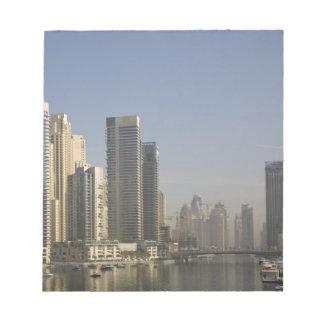 UAE, Dubai. Torres del puerto deportivo con los ba Bloc De Papel