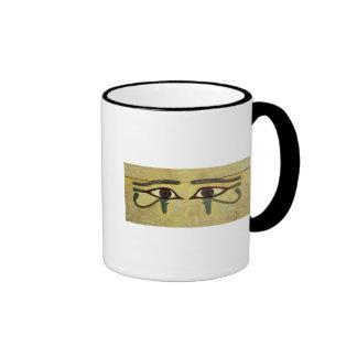Udjat observa en un ataúd, reino medio taza de café