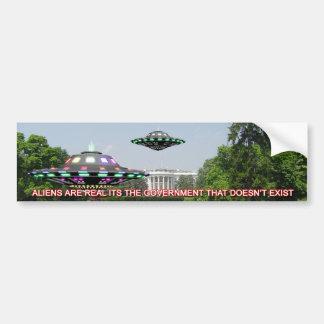 UFO en el césped del whitehouse Etiqueta De Parachoque