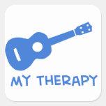 Ukulele mi terapia calcomanía cuadrada
