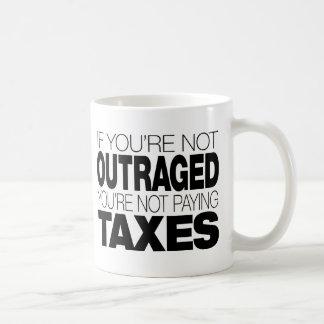 Ultrajado en los impuestos taza de café