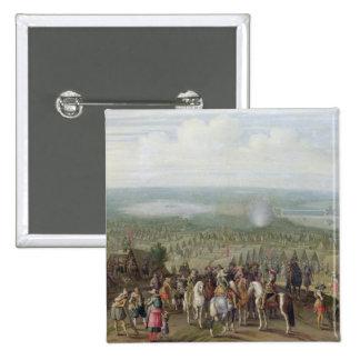 Un acampamento militar con la milicia en caballos, pin cuadrada 5 cm