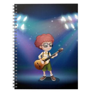 Un adolescente talentoso en el medio del ingenio libros de apuntes