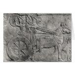 Un alivio que representa al ejército asirio en bat tarjeton